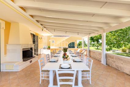 Grande veranda con caminetto e sala pranzo
