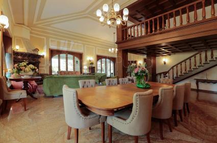 Marmi e legno danno ancor più prestigio agli interni