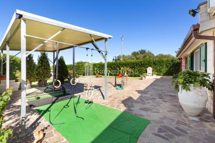 Ampio giardino con angolo giochi e fitness