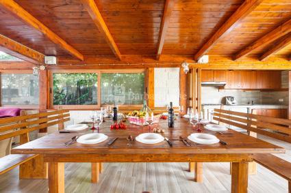 Sala da pranzo in veranda coperta e completa di angolo cottura