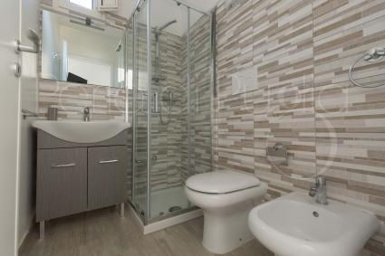 APARTMENT 3 | Bathroom with shower