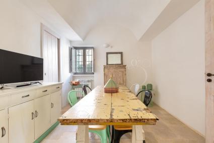 Soggiorno con sala da pranzo in stile shabbi