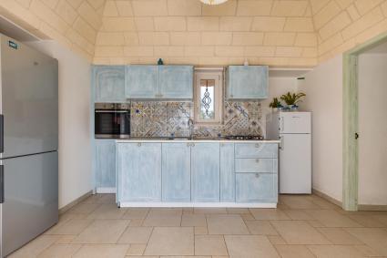 La graziosa cucina con due frigoriferi