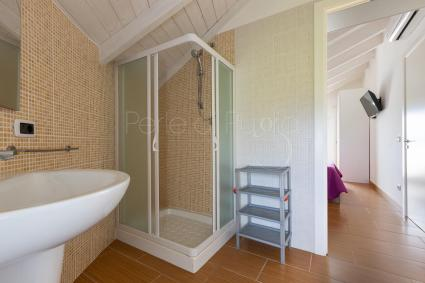Il bagno doccia della camera 5