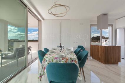 Ampio soggiorno con sala pranzo e cucina a vista