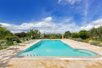 Ampia piscina con solarium
