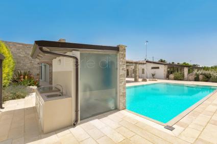 Bagno doccia esterno e zona cucina nei pressi della piscina