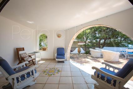 Il portico del piano inferiore è ombreggiato e arredato per momenti relax