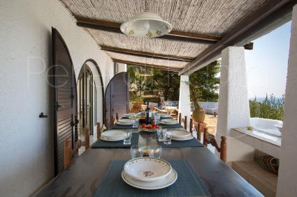 Il balcone con vista mare è arredato per pranzi e cene all`aperto