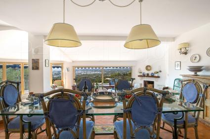 Il soggiorno della villa al piano superiore consente di godere di splendida vista mare