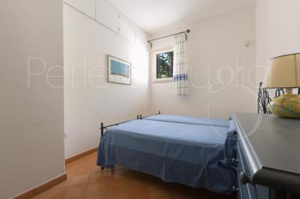 La seconda camera da letto del piano superiore è segnata dal blu