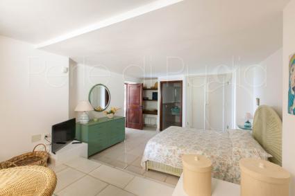 Al piano inferiore sono presenti altre due camere da letto, una matrimoniale e una doppia