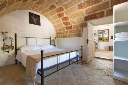 The first bedroom is a double bedroom under the characteristic barrel vault, next to the kitchen
