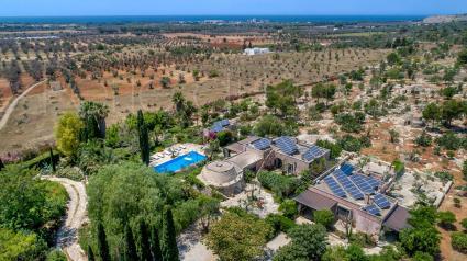 La bella villa di lusso in affitto nella zona di Gallipoli, ripresa dal drone di Perle di Puglia