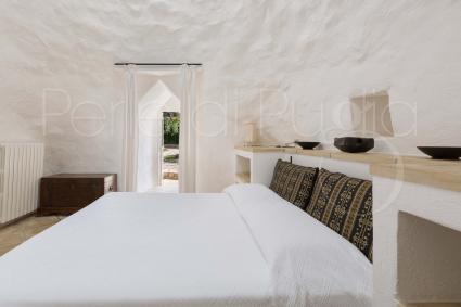 All`interno vi è una camera matrimoniale corredata da bagno doccia