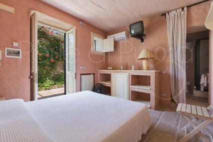La dependance 3 è composta da una camera da letto matrimoniale e un bagno doccia