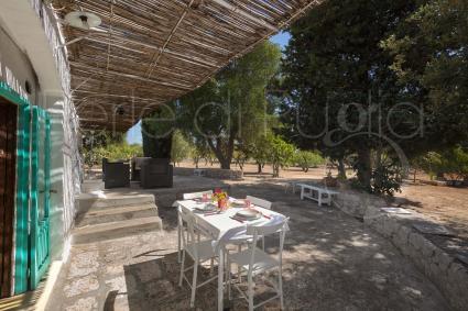 La veranda esterna attrezzata per le cene durante le vacanze in Puglia, a Ostuni