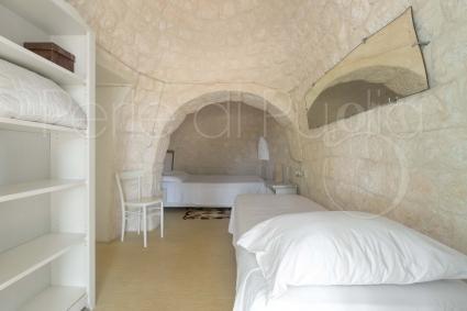 La camera da letto doppia nel trullo per vacanze a Ostuni