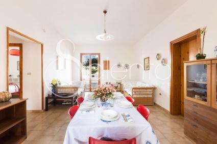La sala da pranzo si trova nel soggiorno ampio e luminoso