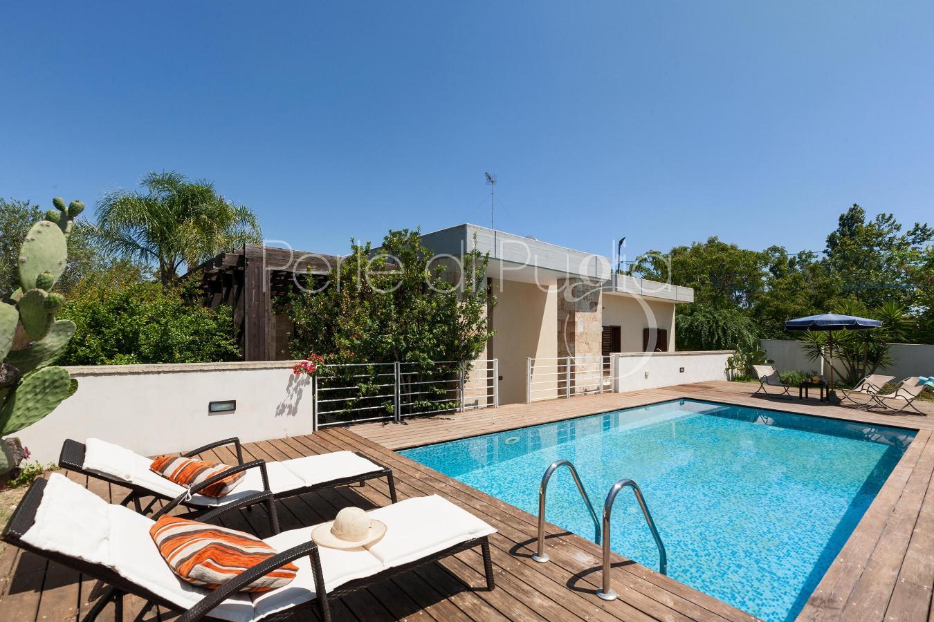 Villa con piscina e giardino a torre dell orso villa cala bianca - Villa con piscina ...