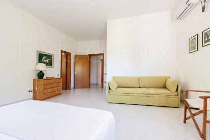 Nella prima camera matrimoniale vi è un utile divano letto singolo