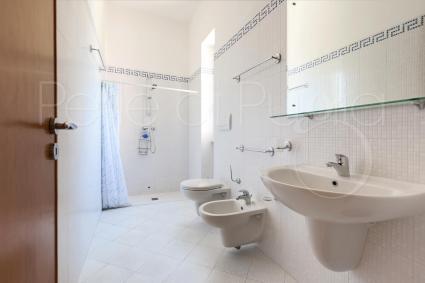 Il bagno doccia della seconda camera matrimoniale