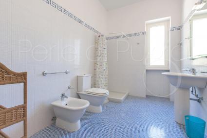 Ampio e luminoso, il bagno doccia di pertinenza della camera doppia