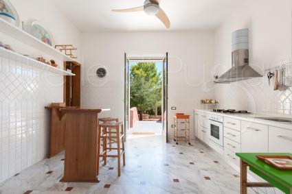 La cucina della villa è ampia, luminosa e ben equipaggiata