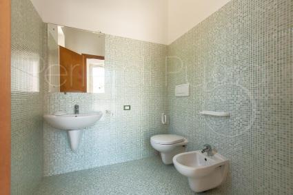 Il bagno a servizio della zona giorno, moderno e semplice