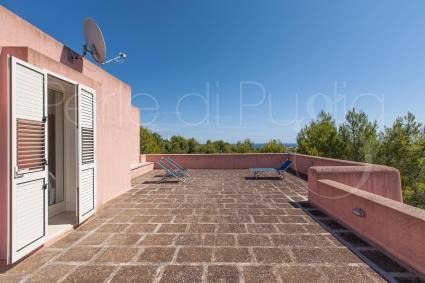 Dalla camera doppia si accede alla terrazza con vista mare e area solarium