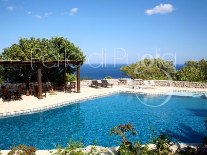 Villa cucuruzzi trulli con piscina sul mare a santa maria - Villa con piscina santa maria di leuca ...